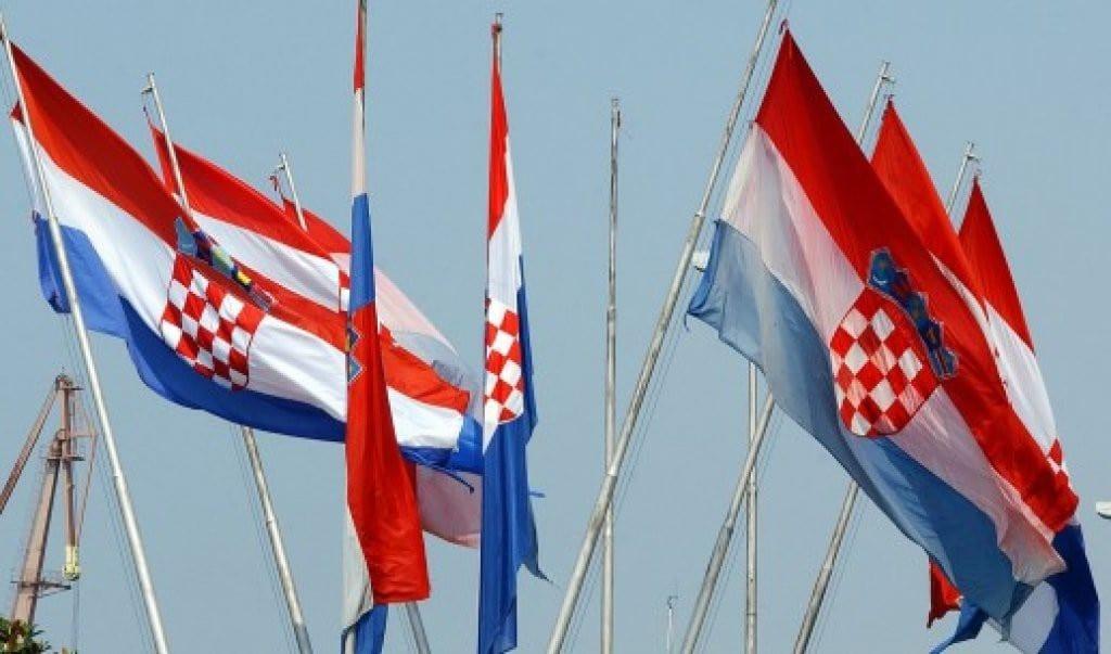Las banderas nacionales ondean por todas partes en Dubrovnik el 25 de junio