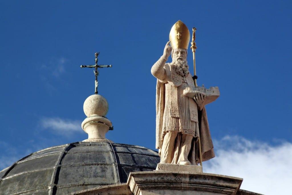 Una estatua del santo remata el pórtico de la fachada de la iglesia